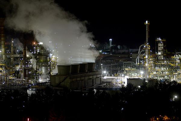 La mayor fuente de calentamiento global proviene del aumento en las concentraciones de gases de efecto invernadero. El uso y quema de combustibles fósiles en primer lugar.